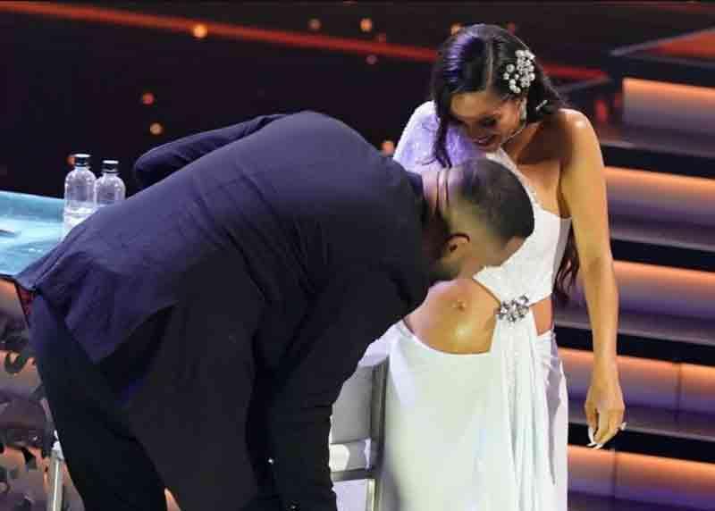 Raphy Pina besando su pancita